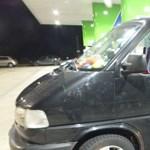 Agresszív román férfi törte be egy autó ablakát az M5-ös egyik pihenőjében – fotó