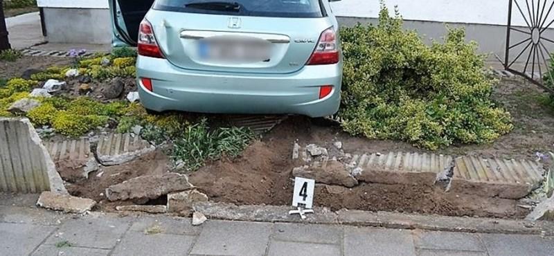 Jobbkormányos autóval próbálkozott ittasan egy vezetni sem tudó sofőr – neki is hajtott egy háznak