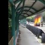 Égő autót próbáltak eloltani a tűzoltók, de felrobbant a kocsi – videó