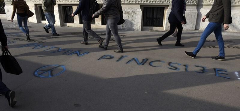"""""""Hazaárulók"""" – feliratokat ragasztott a Fidesz-székházra az Együtt – videók"""