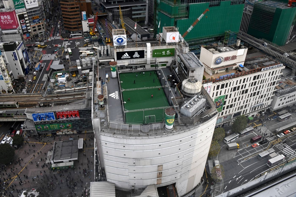 afp.  A tokiói Shibuya közlekedési csomópontnál található áruház tetjére három pálya is elfért
