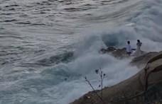 Életük fotóját akarták elkészíteni a friss házasok, amikor elragadta őket egy hullám