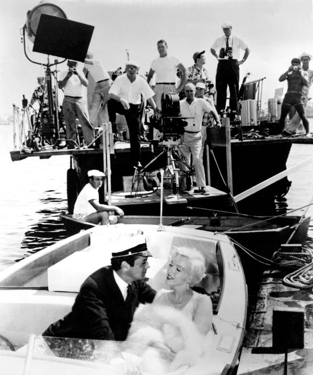 afp.1959. - Marilyn Monroe, Tony Curtis és a rendező, Billy Wilder a ''Valaki forrón szereti'' című film forgatásán. - nagyítás