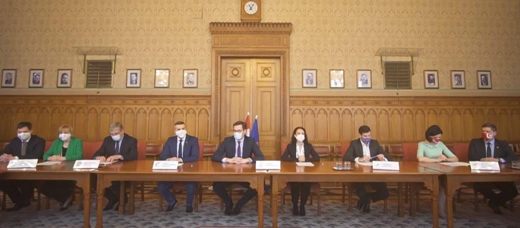 Itthon: Aláírták az ellenzéki pártok vezetői a dokumentumot, amely a közös kormányprogramjuk alapja lenne | hvg.hu