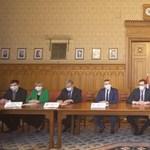 Aláírták az ellenzéki pártok vezetői a dokumentumot, amely a közös kormányprogramjuk alapja lenne