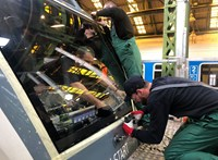 Valaki egy fűnyírót tett a sínekre Dunakeszi és Göd között, milliós kár keletkezett a vonatban