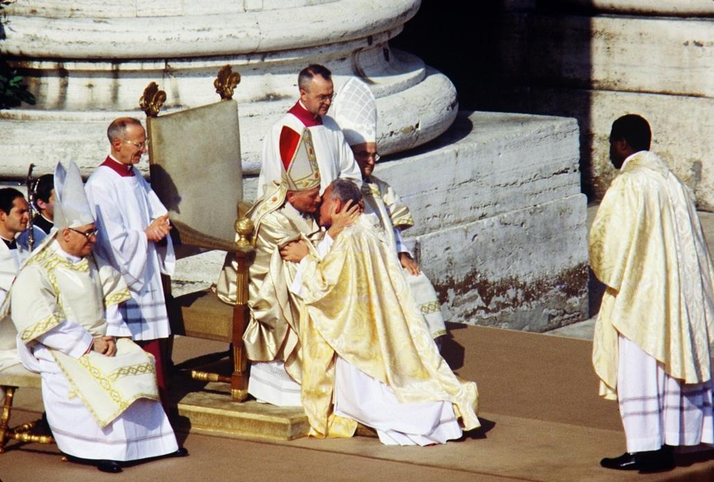 afp.78.10.22. - Vatikán: csók a papnak a beiktatási ceremónián -  - ,II. János Pál pápa