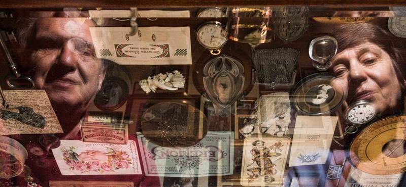 Üzenőkönyvek: a mulandó idő cirógatni való tárgyai