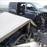 Szétroncsolódott autók maradtak az M43-on történt tömegbaleset után - fotók