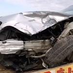 Szombathelynél tarolt le egy autó egy másikat, amikor beláthatatlan kanyarban előzött