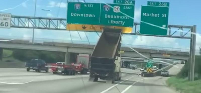 Buta hiba: autópályán rombolta le a közlekedési táblákat a billencs – videó