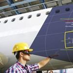 Még ma is papírt és vonalzót használnak a repülőgépek átvizsgálásához, de talán már nem sokáig
