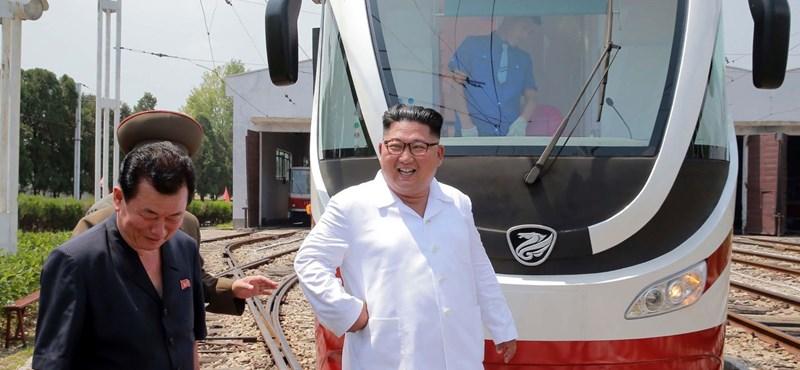 Hazai gyártású villamost és trolit szakértett meg Kim Dzsong Un – fotók