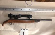 Valóságos fegyverarzenált találtak egy miskolci férfi otthonában a rendőrök – fotók, videó