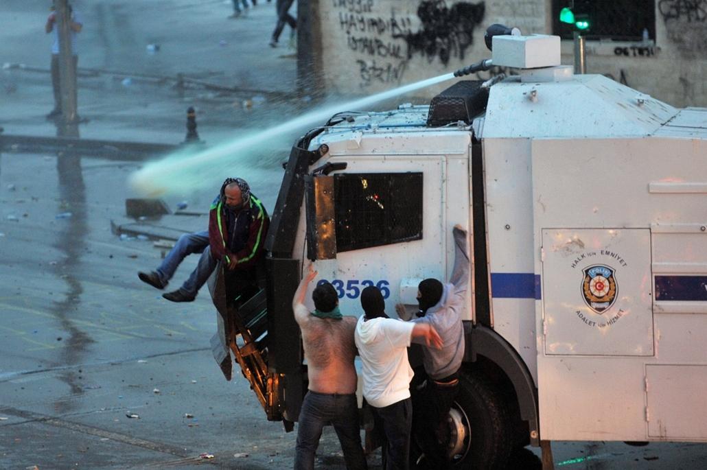 Törökországi tüntetések, Recep Tayyip Erdogan, június 2013 - Police use a water cannon to disperse protestors outside Turkish Prime Minister Recep Tayyip Erdogan's working office in Besiktas Istanbul, on June 2, 2013, during a third day of clashes sparked