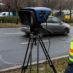 Közel 900 helyen ellenőrzi ma a rendőrség a gyorshajtást