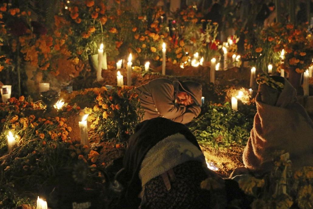 afp. Halottak napja mindenszentek nagyítás A mexikói Santa Maria Atzompa temetője 2017. november 1-én