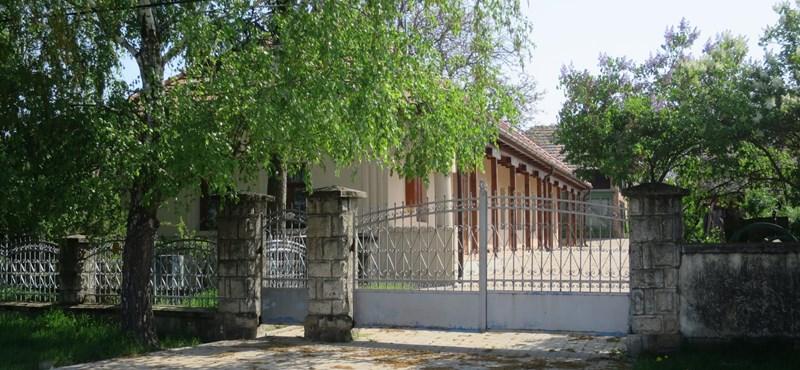 """""""Sosem láttam ott vendéget"""" – újabb gyanús vendégház egy fideszes képviselő közelében"""