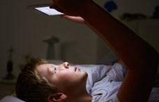 Négyből három magyar szülő félelemmel áll 3-10 éves gyermeke és az okostelefonja előtt