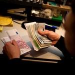 Zuhan a forint, már 369 forintba kerül egy euró