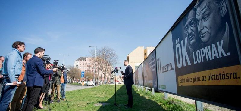 Lopnak! Fekete-fehér jobbikos plakátok támadják Orbánékat