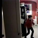 A nap videója: mindig nézz körül, ha a mosogatógép előtt Michael Jacksont táncolsz!