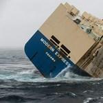 Vészesen megdőlt a pénteken megfeneklett teherhajó - fotók, videó