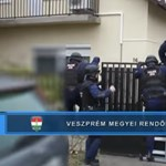 Így rohanták le a rendőrök a kábítószerárust - videó