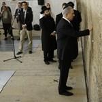 Fotó: Netanjahu a Siratófalnál adott hálát választási győzelméért