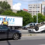 Fotó: A padkán kötött ki egy fejreállt autó az Árpád hídon