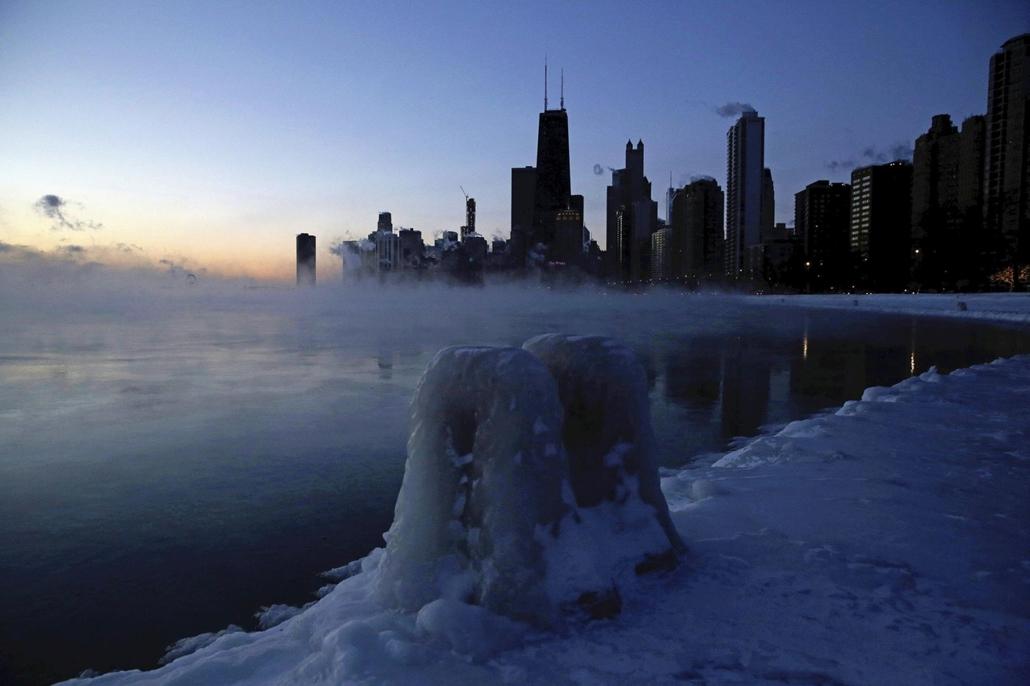 !! AP !! 19.022.28ig! mti.19.01.30. Jégpáncél borítja a Michigan-tó partját Chicagóban 2019. január 30-án. Az Egyesült Államok északi és középnyugati államaiba sarkvidéki hideghullám tört be, a levegő hőmérséklete helyenként mínusz 40 Celsius-fokig süllye