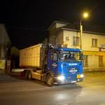 Fotó: Teherautó jött az Illatos úti hordókért