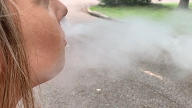 Nem jó ötlet felváltva használni az e-cigit és a simát
