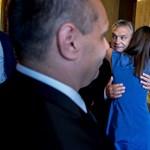 Orbán nyakába ugrott a család