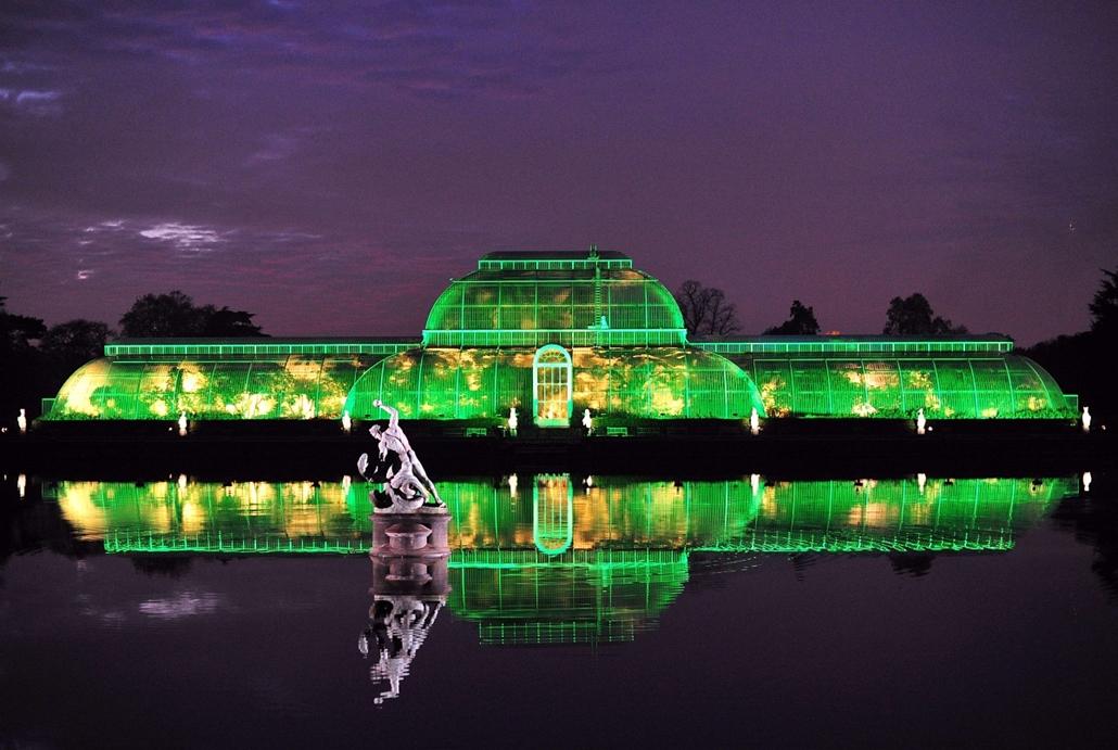 London, Egyesült Királyság: zöld fényben a Kew Királyi Botanikus Kert pálmaháza, melyet a közelgő karácsonyi ünnepek alkalmából világítanak ki. - 7képei