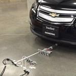 Videó: Hat 17 grammos mikrobot képes elhúzni egy 1800 kilós autót