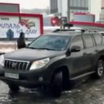 Komoly parkolási vendetta, simán eltolta a mögé parkoló autóst – videó