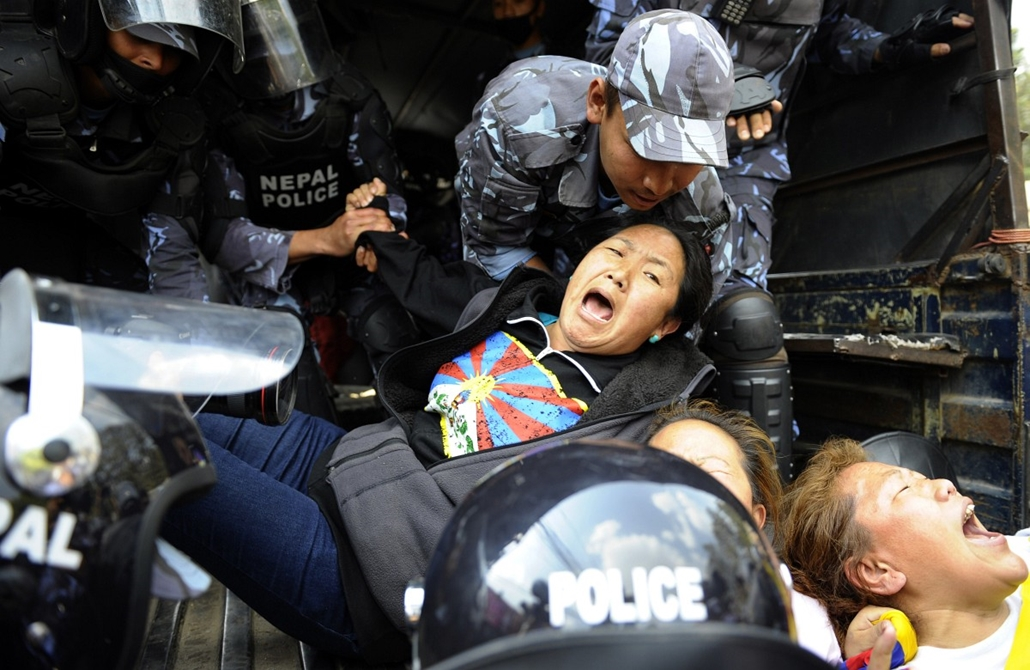 afp.14.03.10. - Katmandu, Nepál: tibeti tüntetők letartóztatása a kínai nagykövetség előtt. - 7képei