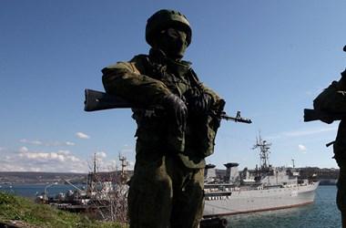 Az oroszok azt állítják, figyelmeztető lövéseket és bombákat küldtek egy brit hajó felé, a brit kormány cáfol