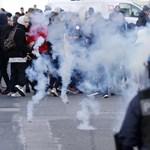 Lángoltak a kukák, felvonultak a rohamrendőrök: így tüntetnek a francia diákok