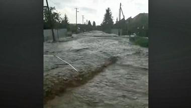 Videó: Akkora villámárvíz volt Cserépfalun, hogy vízibuszként ment a távolsági
