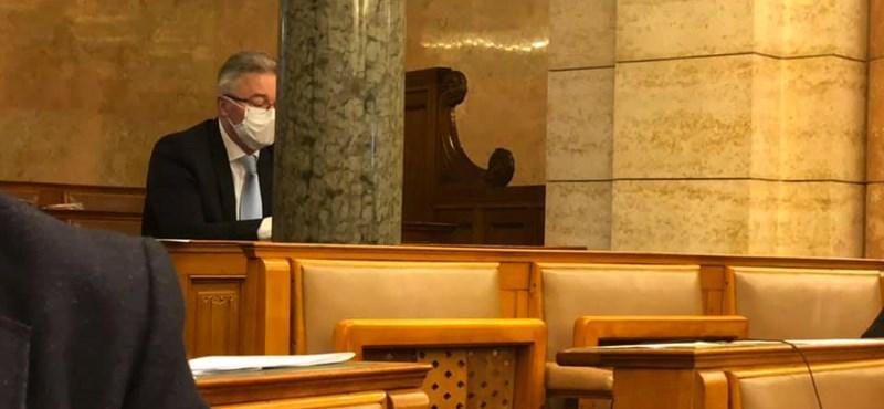 Kedden is elhagyta a házi karantént a Fidesz politikusa, bement a Parlamentbe