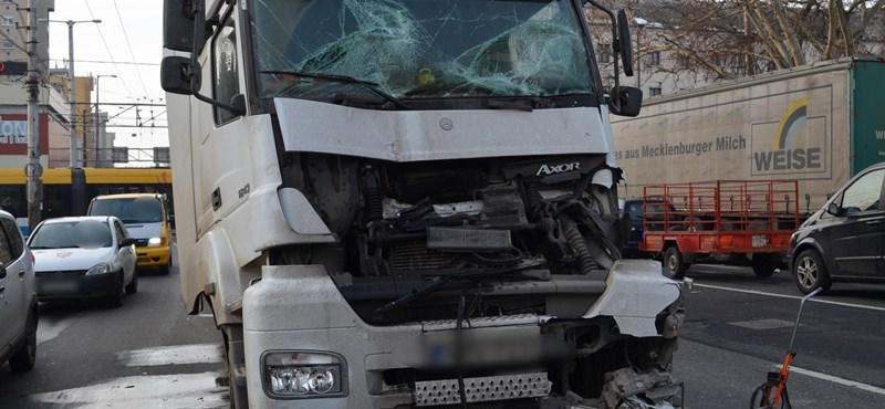 Két kamion ütközött össze Debrecenben, az egyik sofőr súlyosan megsérült