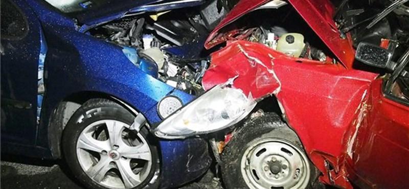 Fotók: Egy idős asszony meghalt a rommá tört elejű autóban
