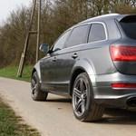 Így hasít az autópályán a V12-es biturbó dízelmotoros Audi Q7