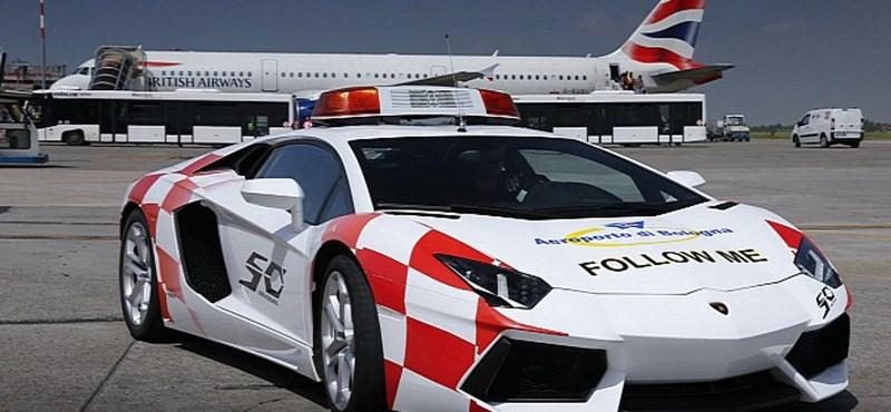 Egy Lamborghinivel posztolnak a bolognai repülőtér dolgozói
