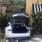 Étteremnek ütközött elektromos autójával egy 71 éves nő - fotó