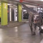 Videó: Élethű dinó rémisztette halálra a parkolóba érkezőket