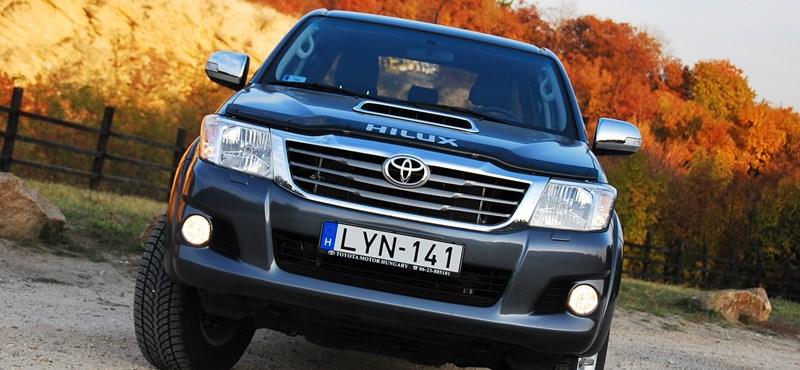 Toyota Hilux teszt: élmunkás fukszban