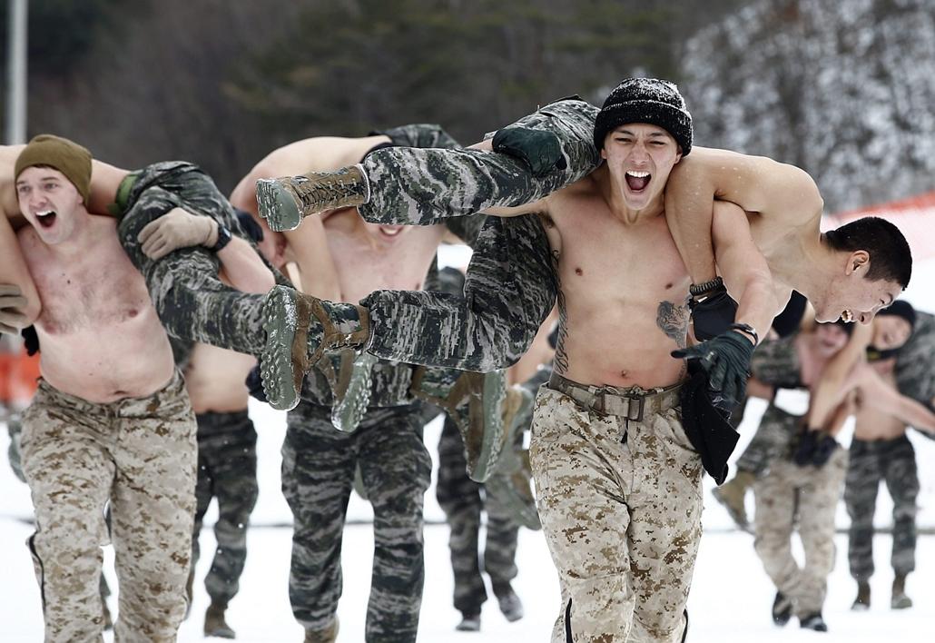 mti. 2016.01.28. Téli hadgyakorlat Dél-Koreában, félmeztelen katonák, Álcaruhás dél-koreai és amerikai tengerészgyalogosok közös téli hadgyakorlaton vesznek részt a Szöultól 200 kilométerre keletre fekvő Pjongcsangban 2016. január 28-án.